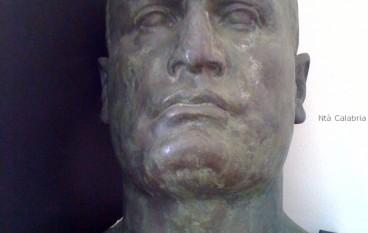 Omar Minniti ed il busto di Mussolini del gruppo di An-Pdl