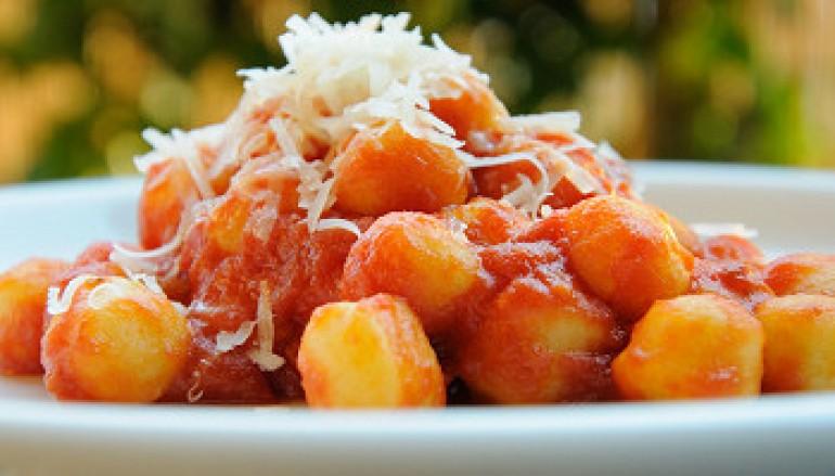 Gnocchi di patate al pomodoro, scamorza e basilico