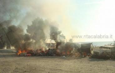 Cassonetti RSU in fiamme al Torrente San Vincenzo di Lazzaro