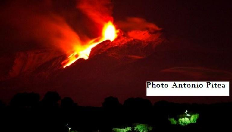 Etna, ecco l'eruzione del vulcano visto dalla Calabria