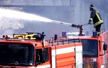 Reggio Calabria, in fiamme un esercizio commerciale