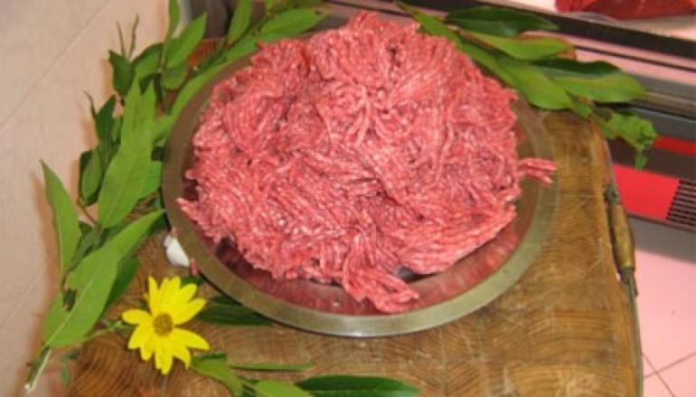 Carne di salsiccia con pomodori secchi
