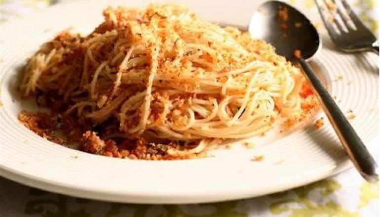 Spaghetti con mollica e pepe rosso