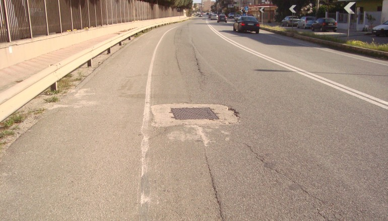 """Lazzaro (RC), il Comitato Spontaneo """"Torrente Oliveto"""" su tombino pericoloso per la circolazione stradale"""