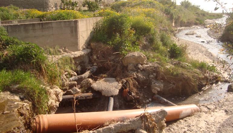 Lazzaro (RC), scarichi fognari alla foce del torrente Oliveto. Richiesta urgente intervento prima dell'estate