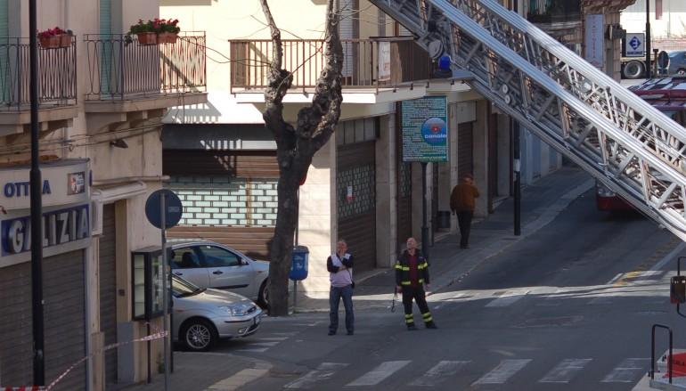 Reggio Calabria, cornicione pericolante in Via De Nava. Intervento dei Vigili del Fuoco