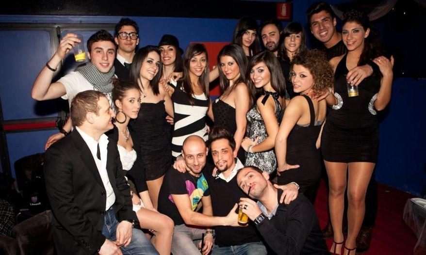 Foto di ragazze bionde in discoteca 76