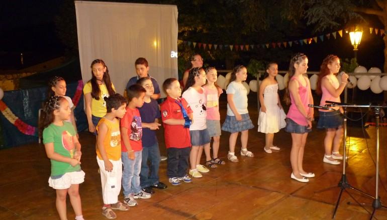 I bambini dell'Oratorio di San Michele Arcangelo invitano Benedetto XVI all'inaugurazione del sacro edificio restaurato