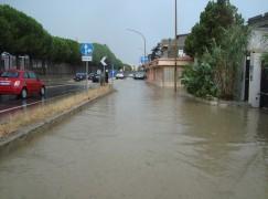 Bomba d'acqua sulla SS 106 a Lazzaro (RC), strada trasformata in un fiume