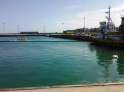 Proseguono le operazioni di disinquinamento e recupero del peschereccio affondato
