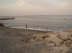 Lazzaro, spiaggia libera invasa da ombrelloni