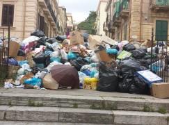 Reggio Calabria, rifiuti sbarrano passaggio pedoni vicino al Tapis Roulant