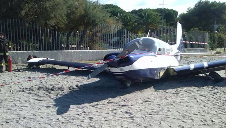 Punta Pellaro (Rc), aereo atterra sulla spiaggia reggina. Foto