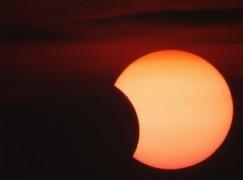 "Arriva l' eclissi di sole e la "" Super Luna"""