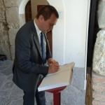 Ettore Rosato firma registro visitatori museo (1)