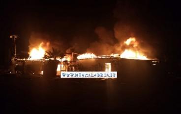 Lido in fiamme a Melito PS, sul web scatta solidarieta'