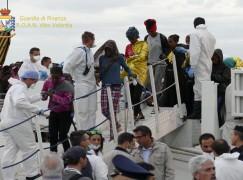 Crotone, sbarco di oltre mille migranti