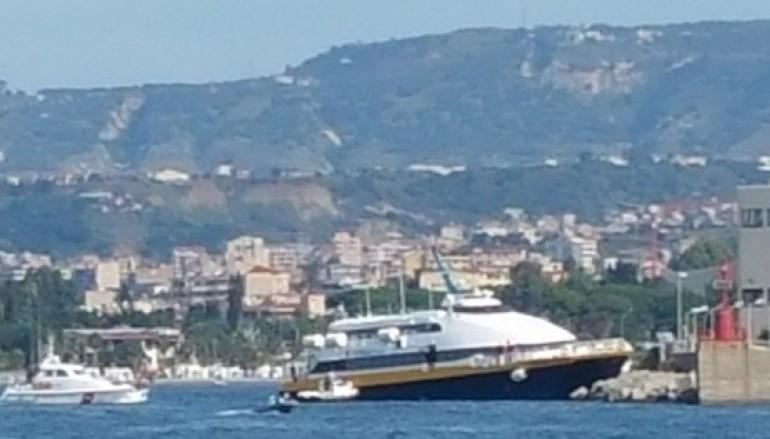 Reggio Calabria, aliscafo sbatte contro gli scogli