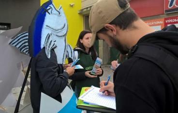 Mobilitazione Greenpeace, volontari travestiti da scatolette di tonno
