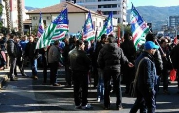 Rende, strada bloccata dai manifestanti