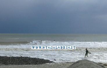 A Bova Marina i surfisti cavalcano le onde
