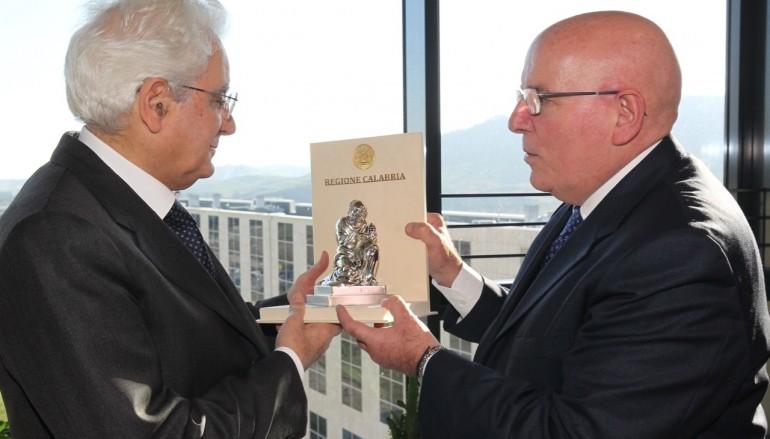 """Oliverio consegna a Mattarella il """"Pitagora"""" d'argento"""