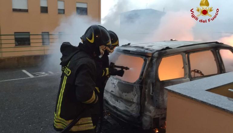 Catanzaro, intervento vigili del fuoco su incendio autovettura