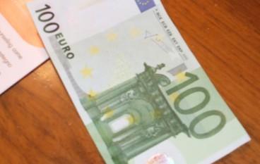 Tenta di ricaricare postepay con 100 euro falsi: denunciato