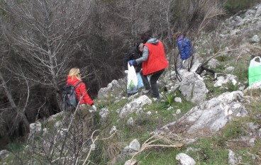 Tortora (CS): escursionisti ripuliscono pineta