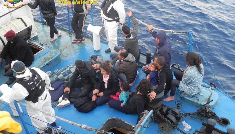 Nave carica di migranti al largo coste calabresi, fermati scafisti