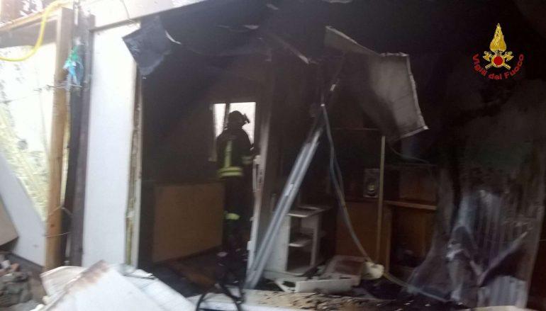 Lamezia Terme, incendio all'interno del campo nomadi