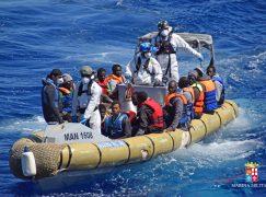 Crotone, sbarcata nave con 695 migranti a bordo