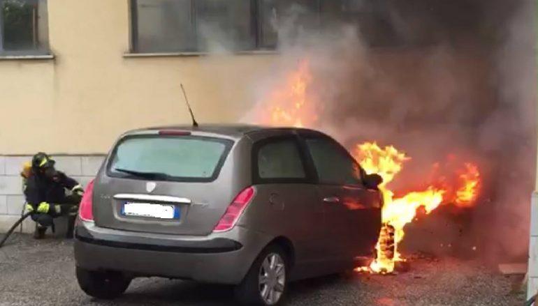 Reggio, auto in fiamme nel parcheggio dell'Archivio di Stato