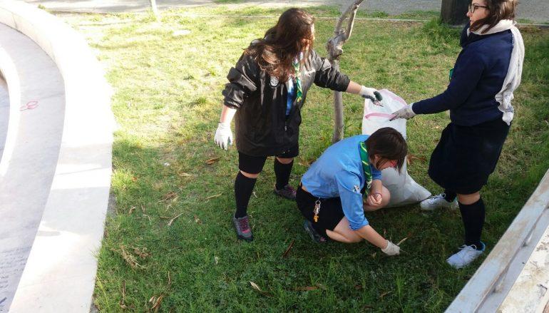 Melito, scout all'opera per la pulizia della Villa Comunale