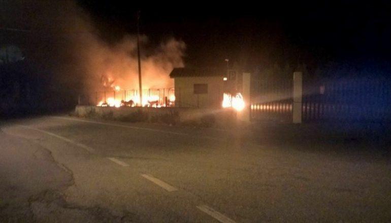 Gerace, incendiate dieci autovetture turistiche comunali