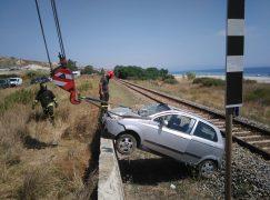 Guardavalle, auto si ribalta sui binari ferroviari