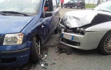 Incidente sulla SS 106, scontro tra due auto