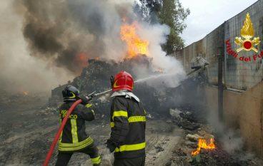 San Mauro Marchesato, incendio discarica: distrutti 5 automezzi