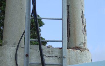 Palo pericolante a Melito Porto Salvo