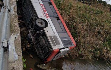Incidente sulla SS 106, autobus si ribalta e precipita in un fiume