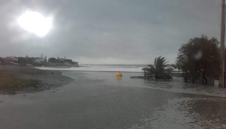 Mareggiate sulla costa jonica, case allagate a Saline