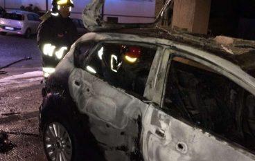 Catanzaro, auto in fiamme in via Stretto Antico