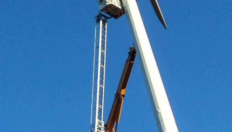 Jacurso, salvati due operai bloccati su una pala eolica