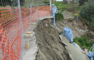 Lazzaro, crollo strada Paolia: intervento dei Vigili del Fuoco