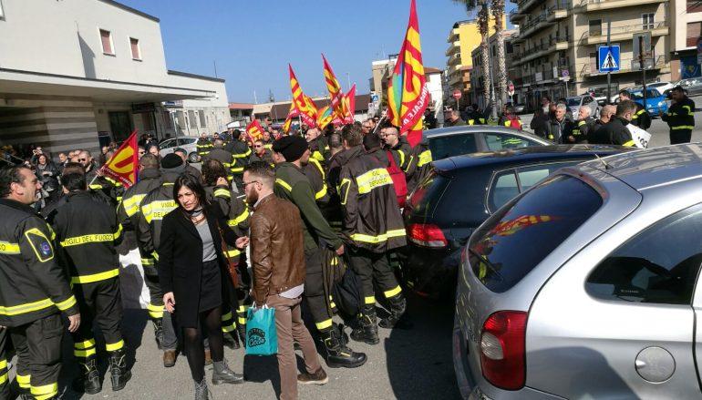 Villa S. Giovanni, sit-in lavoratori della mobilità in deroga e dei Vigili del Fuoco
