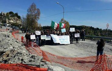 Gerace, sit-in durante visita a Locri del Capo dello Stato Sergio Mattarella