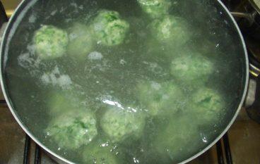 Gnocchi verdi di ricotta con pomodori datterini e mandorle
