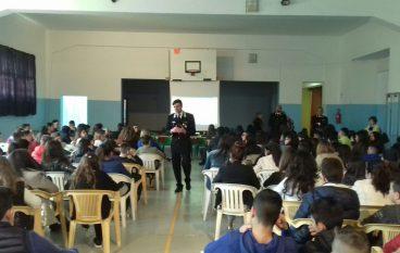 Un giorno a scuola con i Carabinieri: visita alla Compagnia di Roccella