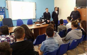 Guardia costiera a scuola con studenti dell'I.C. Montebello jonico