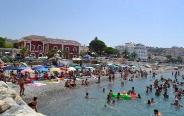 Motta San Giovanni, spiaggia di Lazzaro ricolma di bagnanti